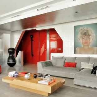Idées déco pour un salon éclectique ouvert avec un mur multicolore et un sol gris.