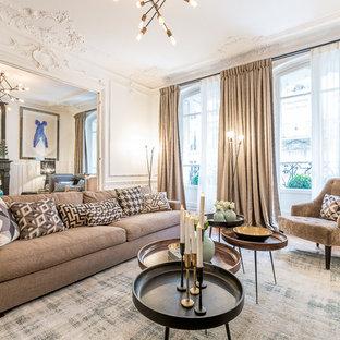 Exemple d'un grand salon chic fermé avec une salle de réception, un sol en bois brun, un mur blanc, aucune cheminée et aucun téléviseur.