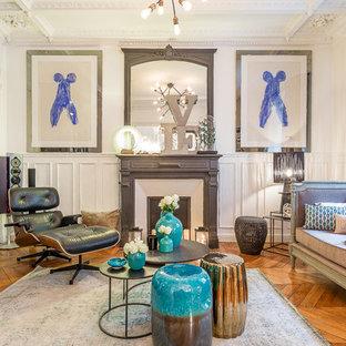Idées déco pour un grand salon classique fermé avec une salle de réception, un mur blanc, un sol en bois brun, une cheminée standard, un manteau de cheminée en plâtre et aucun téléviseur.