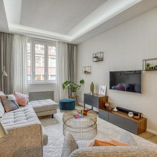 パリの中サイズのシャビーシック調のおしゃれなLDK (ベージュの壁、淡色無垢フローリング、暖炉なし、壁掛け型テレビ、ベージュの床) の写真