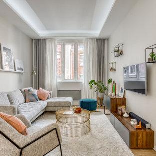 Idée de décoration pour un salon design de taille moyenne et ouvert avec un sol en bois brun, aucune cheminée, un téléviseur fixé au mur, un sol marron et un plafond décaissé.