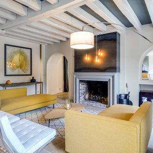 Cette photo montre un salon chic avec une cheminée standard, un mur blanc et un sol en travertin.