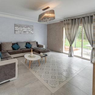Exemple d'un grand salon tendance ouvert avec un mur bleu, un sol en carrelage de céramique, aucune cheminée, un téléviseur indépendant et un sol gris.
