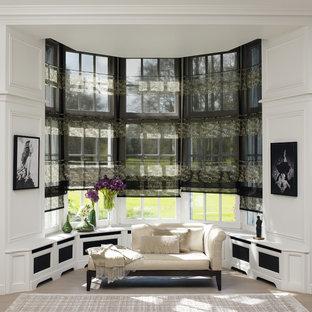 Réalisation d'un salon tradition de taille moyenne et ouvert avec un mur blanc, aucune cheminée et aucun téléviseur.