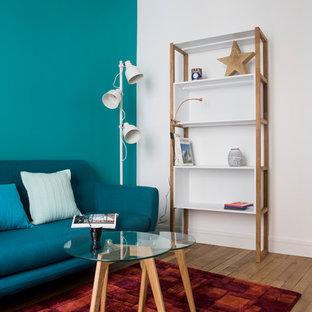 パリの小さいミッドセンチュリースタイルのおしゃれな独立型リビング (ライブラリー、青い壁、淡色無垢フローリング、暖炉なし、テレビなし、ベージュの床) の写真