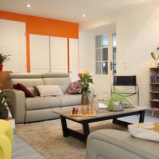 Immagine di un soggiorno minimal di medie dimensioni e chiuso con sala formale, pareti bianche, pavimento in legno verniciato, nessun camino, nessuna TV e pavimento blu