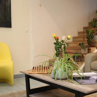 Idee per un soggiorno design di medie dimensioni e chiuso con sala formale, pareti bianche, pavimento in legno verniciato, nessun camino, nessuna TV e pavimento blu