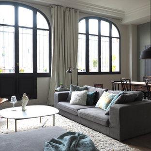 Idées déco pour un grand salon classique ouvert avec un sol marron, un mur vert et un sol en bois brun.