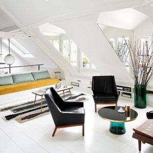 На фото: двухуровневая, парадная гостиная комната среднего размера в скандинавском стиле с белыми стенами и деревянным полом без камина, ТВ с