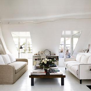 Exemple d'un grand salon scandinave avec un mur blanc, un sol en bois peint, aucune cheminée, aucun téléviseur et une salle de réception.