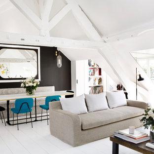 Aménagement d'un grand salon avec une bibliothèque ou un coin lecture scandinave avec un mur noir, un sol en bois peint, aucune cheminée et aucun téléviseur.