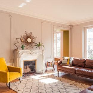 Idées déco pour un grand salon contemporain fermé et haussmannien avec un mur beige, un sol en bois brun, une cheminée standard, un manteau de cheminée en pierre, une salle de réception et aucun téléviseur.