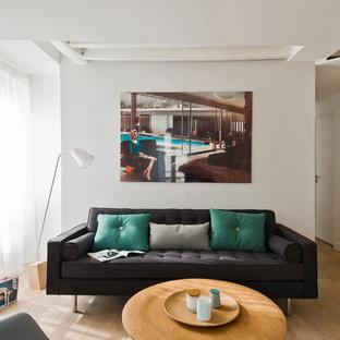 Inspiration pour un petit salon nordique ouvert avec un mur blanc et un sol en bois brun.