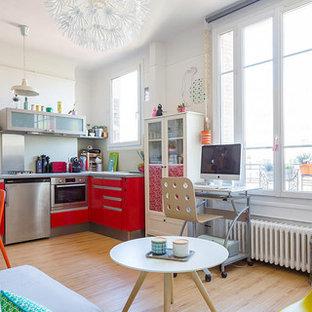 Idées déco pour un petit salon contemporain ouvert avec un mur blanc, un sol en bois clair, aucune cheminée et un téléviseur indépendant.