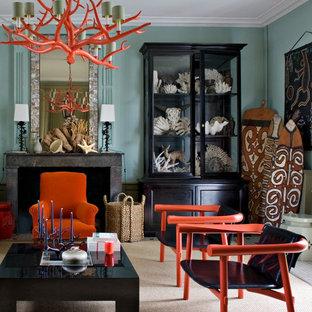 Cette photo montre un salon exotique de taille moyenne avec une salle de réception, un mur bleu, un sol en bois clair, une cheminée standard et aucun téléviseur.