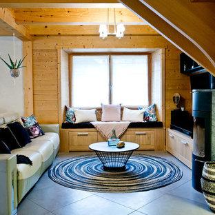 Aménagement d'un grand salon montagne ouvert avec un sol en carrelage de céramique, un poêle à bois, un sol gris, un mur blanc et un manteau de cheminée en métal.