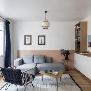 Exemple d'un salon scandinave avec un mur multicolore, un sol en bois clair et aucune cheminée.