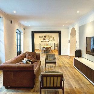 Foto di un soggiorno di medie dimensioni e chiuso con parquet chiaro e pavimento marrone