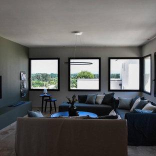 Foto di un soggiorno contemporaneo di medie dimensioni con pareti verdi, pavimento in travertino, TV a parete e pavimento beige