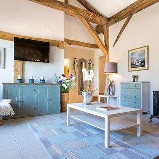 Cette photo montre un salon nature avec un mur blanc, cheminée suspendue et un téléviseur fixé au mur.
