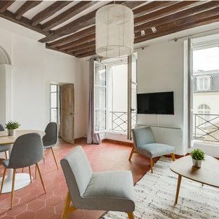 Inspiration för nordiska allrum med öppen planlösning, med vita väggar, klinkergolv i terrakotta, en väggmonterad TV och rött golv
