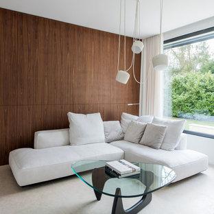 Foto de biblioteca en casa abierta, contemporánea, de tamaño medio, sin chimenea y televisor, con paredes marrones
