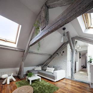 Foto di un piccolo soggiorno design aperto con pareti bianche, pavimento in legno massello medio, nessun camino e nessuna TV