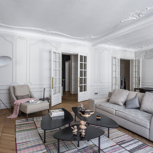 Exemple d'un grand salon chic fermé avec un mur blanc, un sol en bois brun, une cheminée standard, une salle de réception et aucun téléviseur.