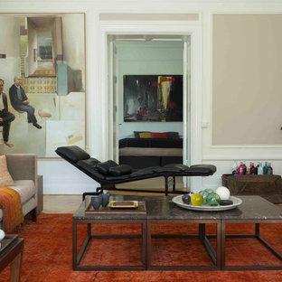 Bild på ett vintage vardagsrum, med beige väggar, mellanmörkt trägolv, en väggmonterad TV och brunt golv