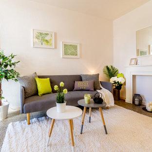 Inspiration pour un salon nordique de taille moyenne et fermé avec un mur blanc, une cheminée standard et aucun téléviseur.