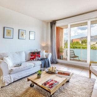 Exemple d'un salon tendance de taille moyenne et ouvert avec un mur blanc et un sol en carrelage de céramique.