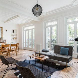 Cette image montre un salon design ouvert avec une salle de réception, un mur blanc et un sol en bois brun.