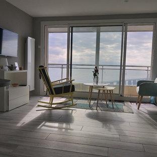 ナントの中サイズのビーチスタイルのおしゃれなLDK (ライブラリー、ベージュの壁、暖炉なし、テレビなし、グレーの床) の写真