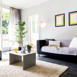 Aménagement d'un salon avec une bibliothèque ou un coin lecture contemporain fermé et de taille moyenne avec un mur gris, un sol en bois foncé, aucune cheminée et aucun téléviseur.