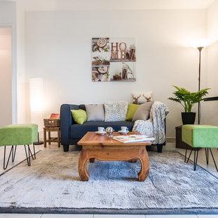 Cette image montre un salon design de taille moyenne et ouvert avec un mur blanc, un sol en carrelage de céramique, aucune cheminée et aucun téléviseur.