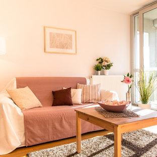 Idée de décoration pour un salon champêtre avec un mur beige et un sol en bois brun.