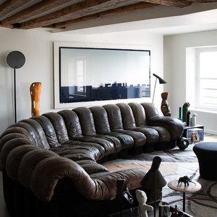 Idée de décoration pour un salon design avec un mur blanc et un plafond en poutres apparentes.