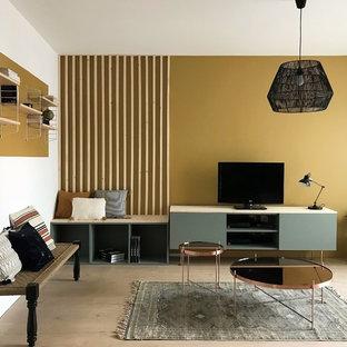 Wohnzimmer mit gelber Wandfarbe in Sonstige