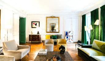 Infusion de couleur et esprit mid-century pour un appartement parisien