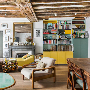 Réalisation d'un salon bohème de taille moyenne avec un mur blanc, un sol en bois brun et un sol marron.