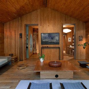 Cette photo montre un salon asiatique de taille moyenne et ouvert avec une salle de réception, un mur marron, un sol en bois brun, aucune cheminée et aucun téléviseur.