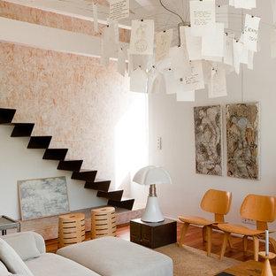 Exemple d'un petit salon scandinave avec une salle de réception, un mur blanc et un sol en bois clair.