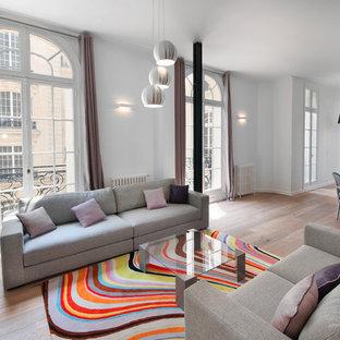 パリの大きいコンテンポラリースタイルのおしゃれなLDK (フォーマル、白い壁、無垢フローリング、暖炉なし、テレビなし) の写真