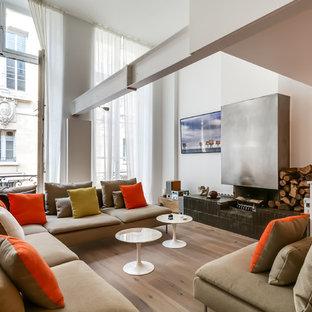 Inspiration pour un grand salon design ouvert avec un mur blanc, un sol en bois brun, une cheminée ribbon, un manteau de cheminée en métal, un téléviseur fixé au mur et une salle de réception.