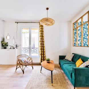 Inspiration pour un salon nordique de taille moyenne et ouvert avec un mur blanc, un sol en bois clair, aucune cheminée et un téléviseur indépendant.