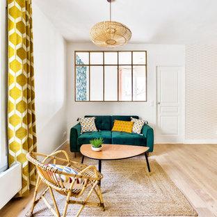 Cette image montre un salon nordique de taille moyenne et ouvert avec un mur blanc, un sol en bois clair, aucune cheminée, un téléviseur indépendant et du papier peint.
