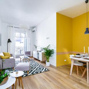 Cette image montre un grand salon nordique avec un mur jaune et un sol en vinyl.