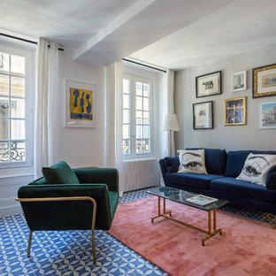 Exemple d'un salon tendance avec un mur blanc et un sol bleu.
