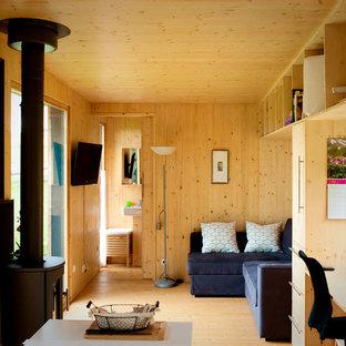 Idées déco pour un salon montagne de taille moyenne et ouvert avec un mur marron, un sol en bois brun, aucune cheminée et un téléviseur fixé au mur.