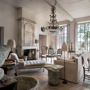 Cette photo montre un grand salon nature ouvert avec un mur blanc, une cheminée standard, aucun téléviseur, une salle de réception et un manteau de cheminée en pierre.